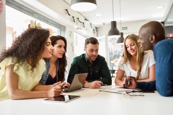 Como preparar o aluno para o e enem: grupo de pessoas reunidos em uma mesa