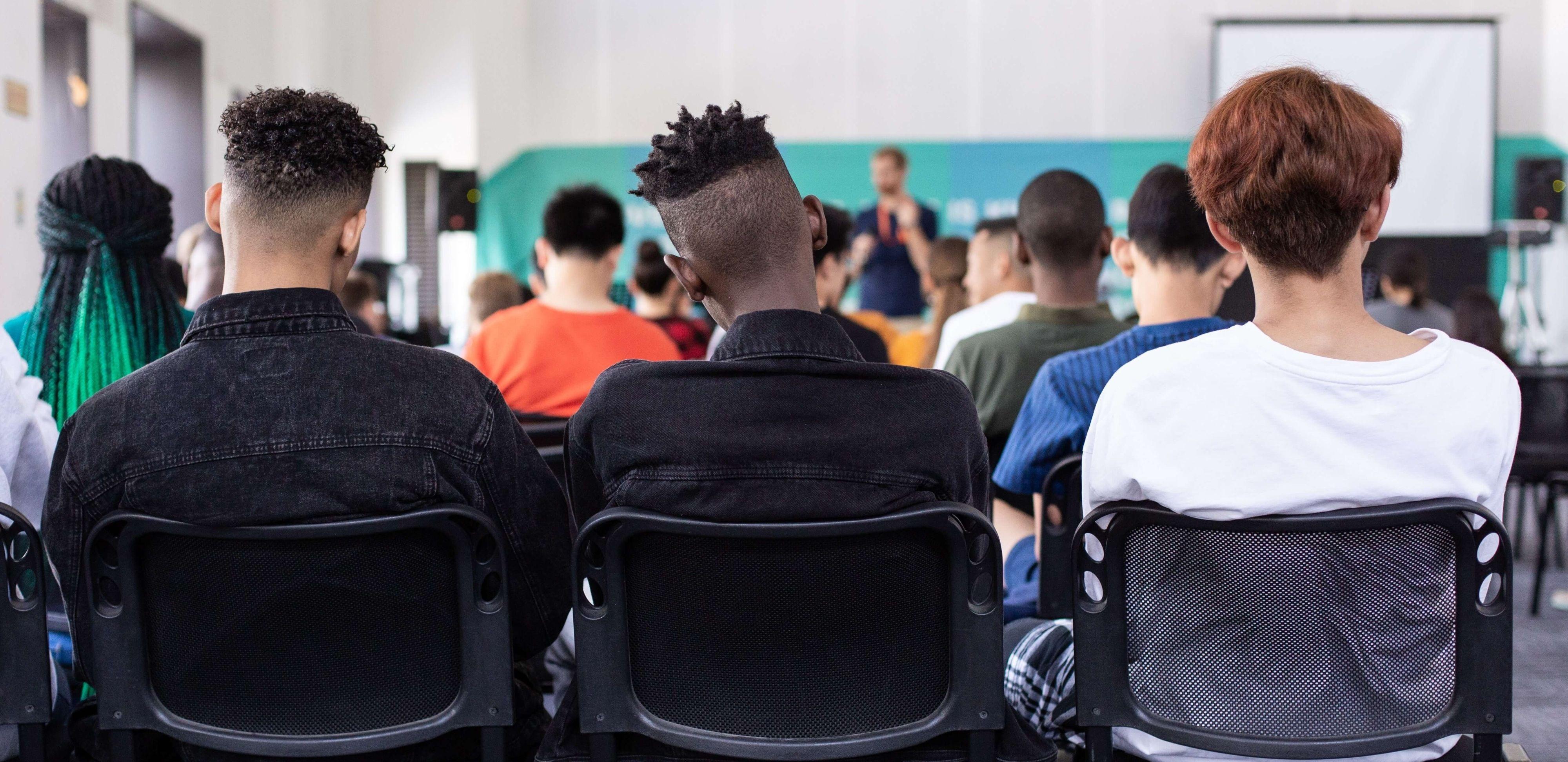 simulado de escola: alunos reunidos em sala de aula