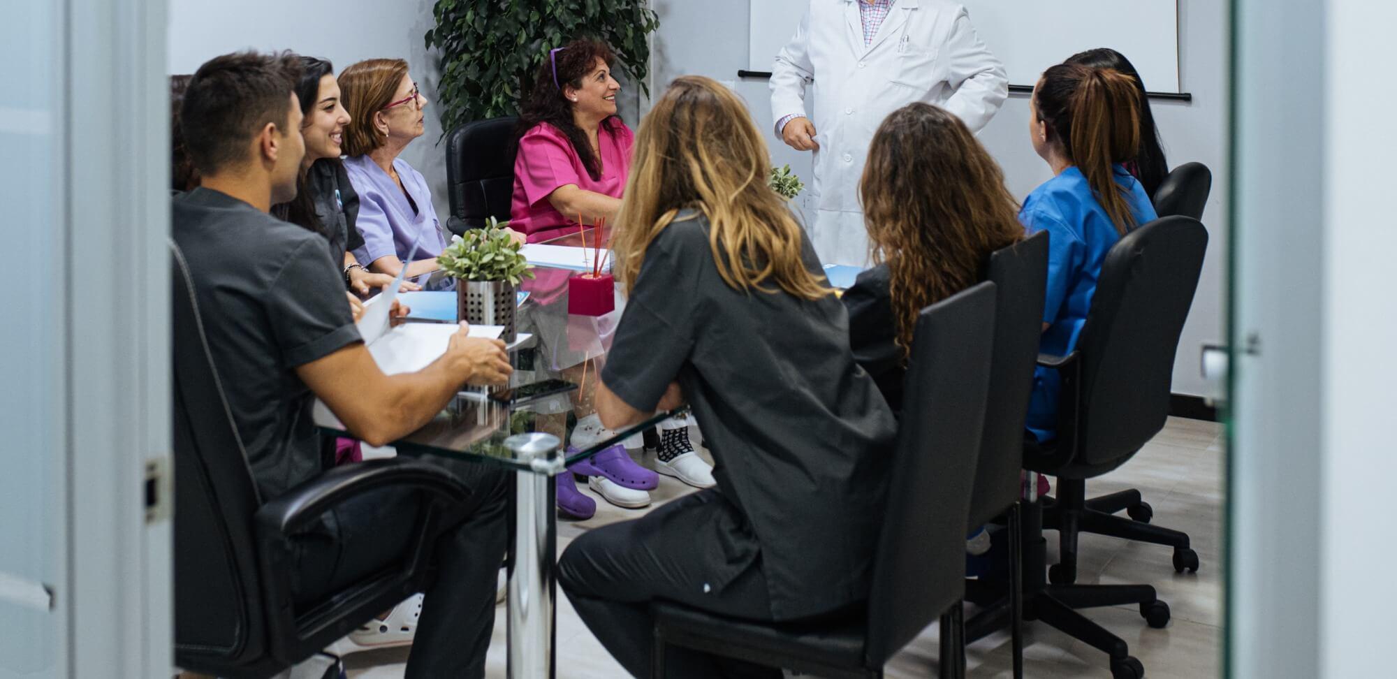 gestão escolar: imagem de uma reunião de pessoas