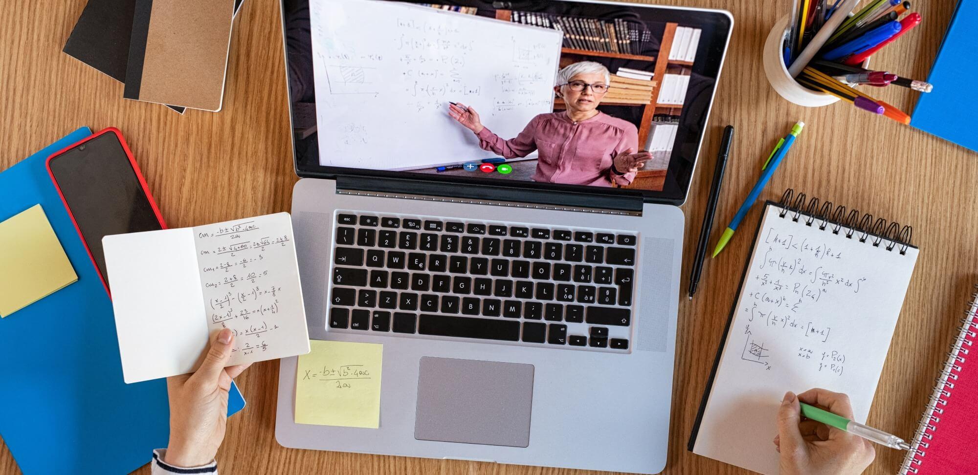 atividades educativas online: imagem de uma mulher explicando algo na tela de um computador