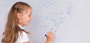 Métodos de avaliação: imagem uma aluna fazendo cálculos matemáticos no quadro.