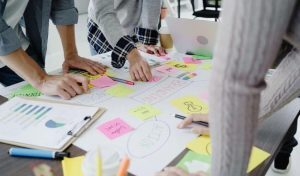 Marketing digital para escolas: pessoas reunidas fazendo um planejamento de marca