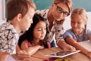 Acompanhamento pedagógico: professora ajudando alunos