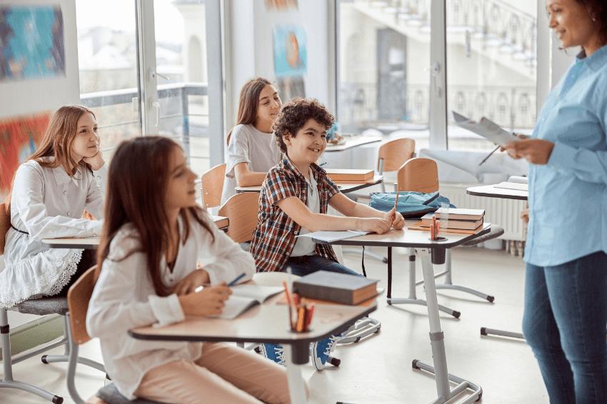Qualidade na educação: imagem de algumas crianças na sala de aula