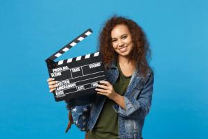 Filmes sobre bullying: imagem de uma menina segurando uma clapboard