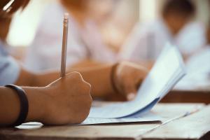 Avaliação externa: imagem de um aluno resolvendo uma prova